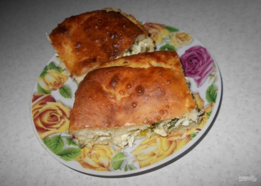 9.Нарезаю пирог кусочками и подаю к столу, получается очень вкусное и сочное блюдо.