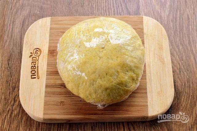 """Муку пшеничную и муку ржаную просейте в глубокую миску, сделайте углубление. Вбейте яйцо, добавьте воду, соль и растительное мало, замесите тесто. Долго вымешивать не стоит, достаточно, чтобы тесто собралось в однородный шар. Заверните тесто в пищевую пленку и оставьте """"отдохнуть"""" на 30 минут."""