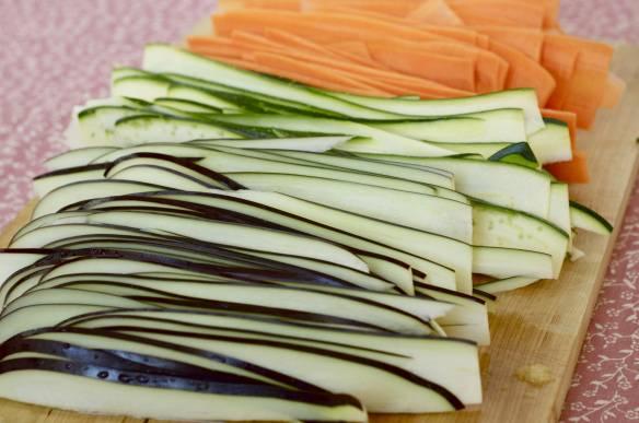 2. Овощи нарезаем тоненькими пластинками. Чем тоньше, тем лучше. Рекомендую воспользоваться  приспособлением для чистки картофеля, будет быстрее.