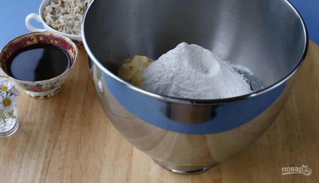 2.Положите в чашу миксера все ингредиенты для теста (кроме кофе и орехов) и хорошо все перемешайте.