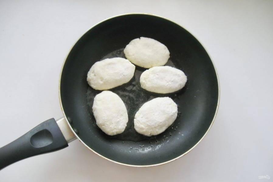 Из приготовленного теста сформируйте сырники, обваляйте в муке и выложите на горячую сковороду с рафинированным подсолнечным маслом.