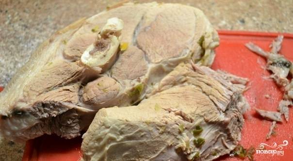 Заранее отварите мясо в подсоленной воде около 2-х часов. Отделите его от кости и разделите на кусочки.