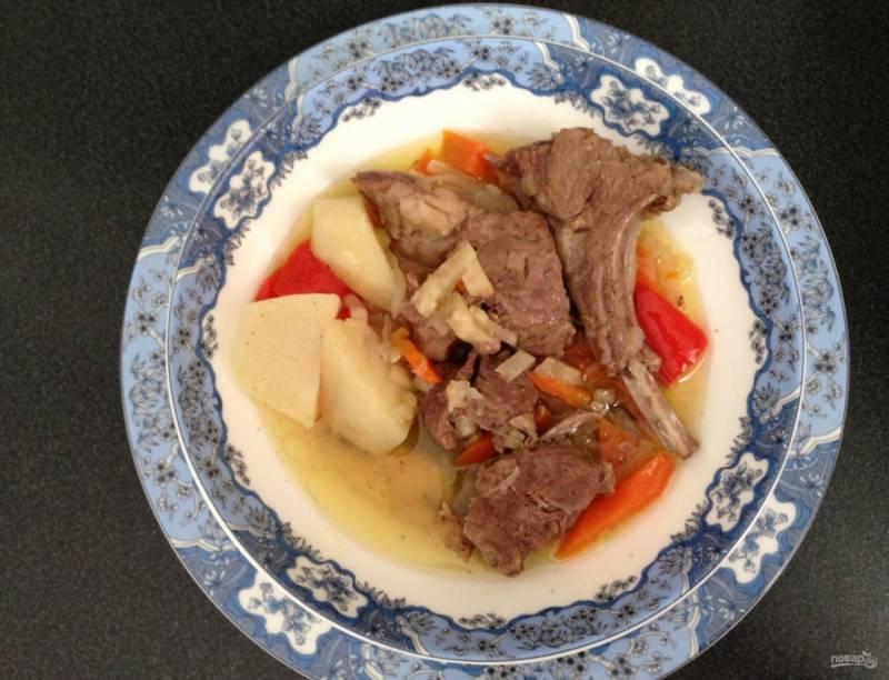 7.Тушу еще 30-40 минут до готовности картошки и достаю блюдо из духовки, подаю его горячим вместе с овощами и бульоном. Приятного аппетита!