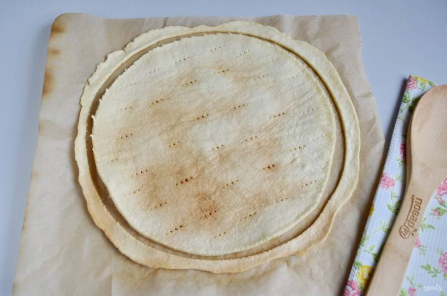Готовый корж положите на плоскую тарелку остывать, а остатки теста положите в измельчитель, это для обсыпки торта.