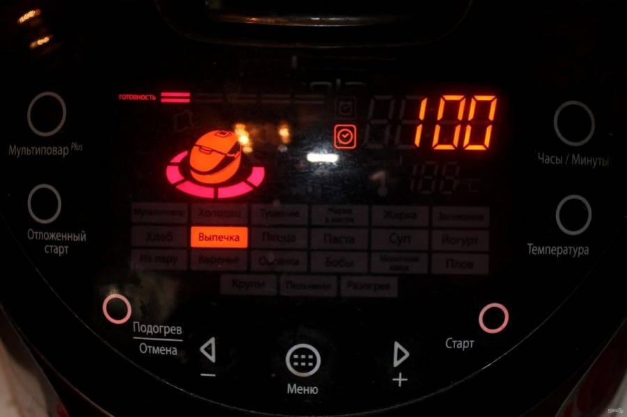 """Закройте крышку мультиварки и включите режим """"Выпечка"""" на 50-60 минут. Время зависит от мощности мультиварки."""