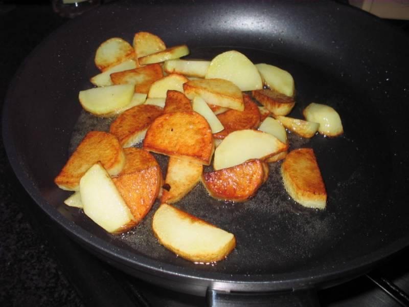 Не забываем про картошку - она уже практически готова.