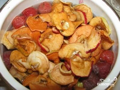 Потом добавьте сушеные яблоки, перемешайте и снимите компот с огня.
