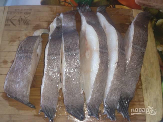 1. Рыбку вымойте и обсушите, нарежьте средними стейками.