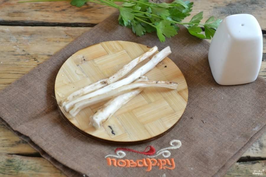 Коренья хрена хорошо промойте, очистите от кожуры. Натрите на терке или пропустите через мясорубку.