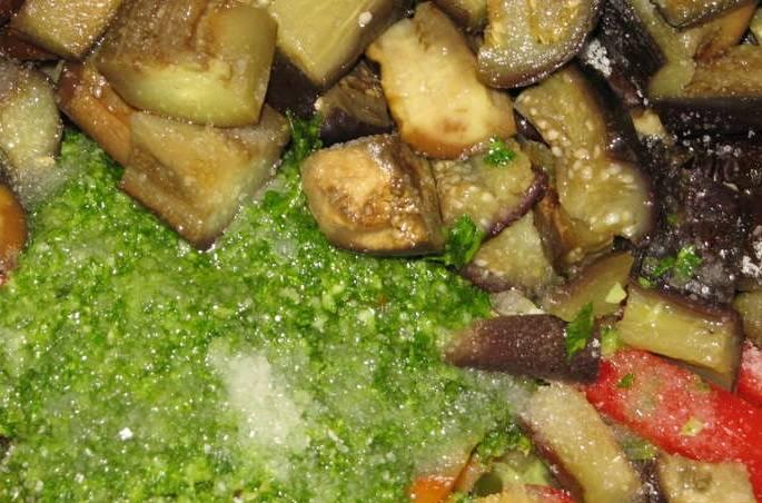 Все овощи смешайте вместе, добавьте соль, сахар, уксус и воду, а также массу из блендера.