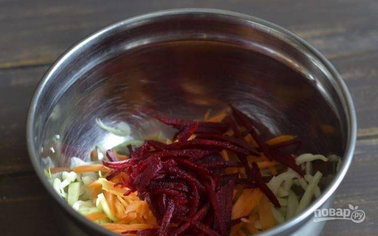 Свеклу очистите и вымойте. Нарежьте ее соломкой и добавьте в миску к остальным ингредиентам. Выбирайте небольшие плоды, так как они более сладкие и вкусные.