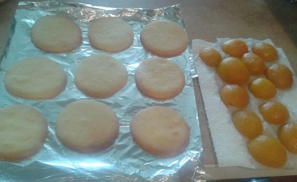 5. Стол застелите фольгой или затяните пищевой пленкой. Выложите на нее остывшее печенье. Половинки абрикосов выложите на бумажные полотенца, они должны просохнуть.