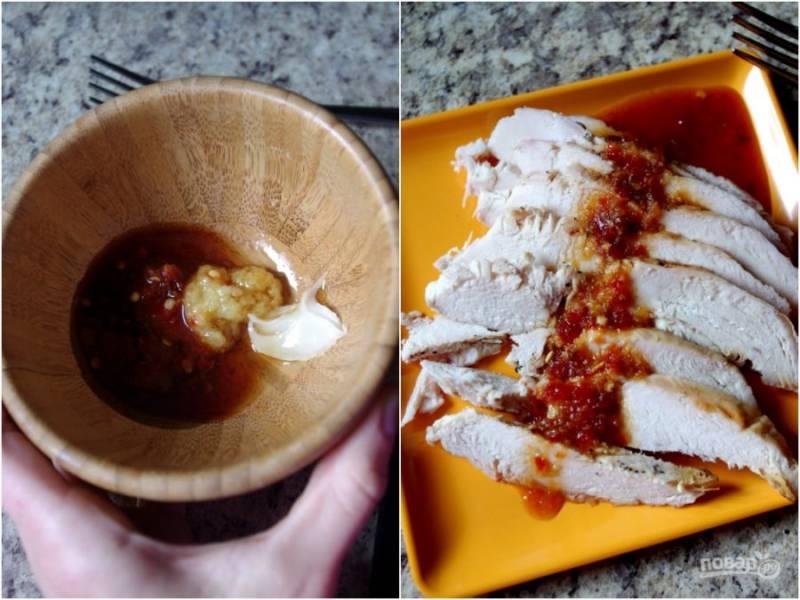 Ставим запекаться куриную грудку в духовку при 200 градусах на полчаса. Тем временем смешаем все жидкие ингредиенты и имбирь для заправки. Остудим грудку, нарежем крупно и выльем на нее заправку.