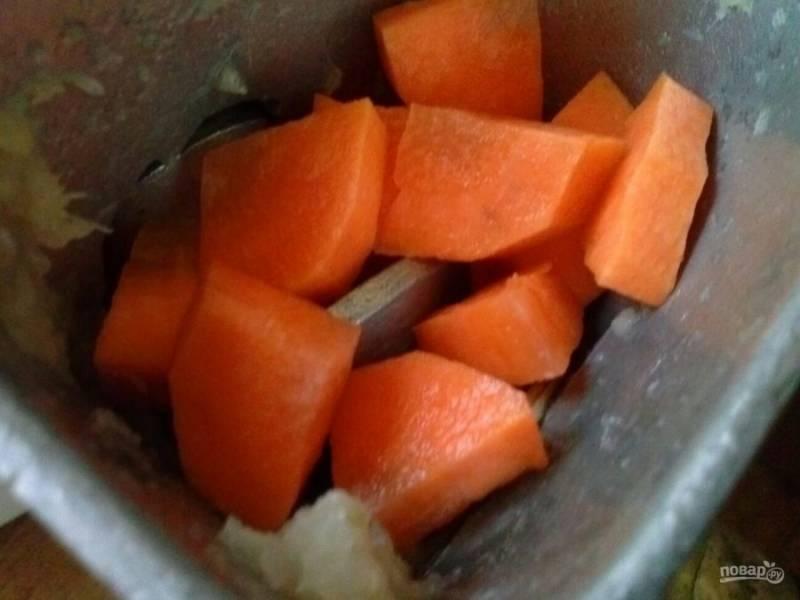 4. Морковь и лук пропустите через мясорубку тоже несколько раз.
