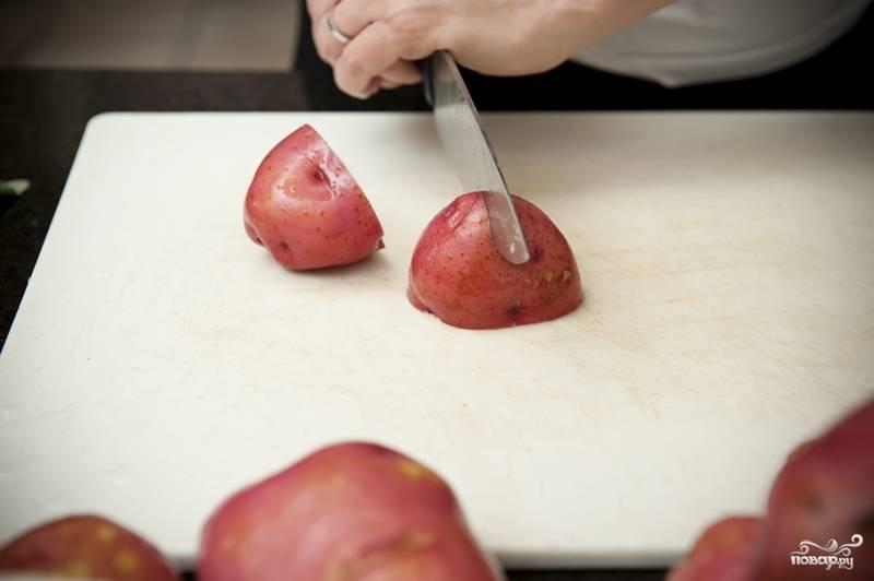 1. Картошку очистите и промойте или просто промойте с использованием жесткой губки. Разрежьте на четверти.