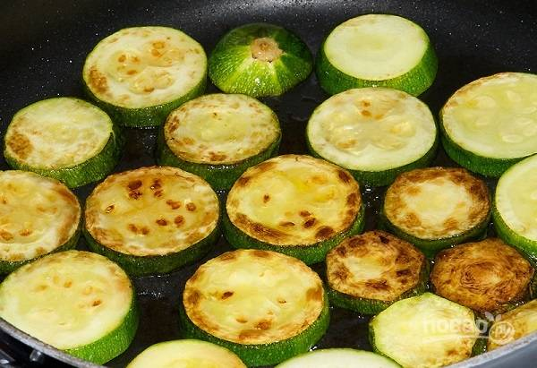 3. Подсолите кабачки, выложите их на сковороду. На среднем огне жарьте с двух сторон до румяной корочки.