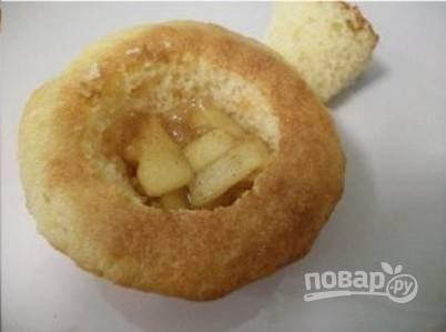 В кексах сверху сделайте небольшое отверстие. Уложите в него яблочную начинку, закройте его крышкой из теста.