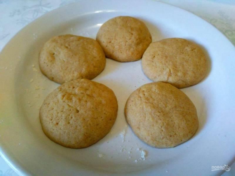 В процессе выпекания кофейное печенье заметно увеличивается в размере. Выньте тарелку с готовым печеньем из микроволновки и дайте слегка остыть.