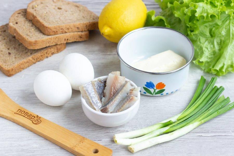 Подготовьте все необходимые ингредиенты. Масло должно быть комнатной температуры. Яйца варите 4 минуты в кипящей воде, чтобы получились всмятку.
