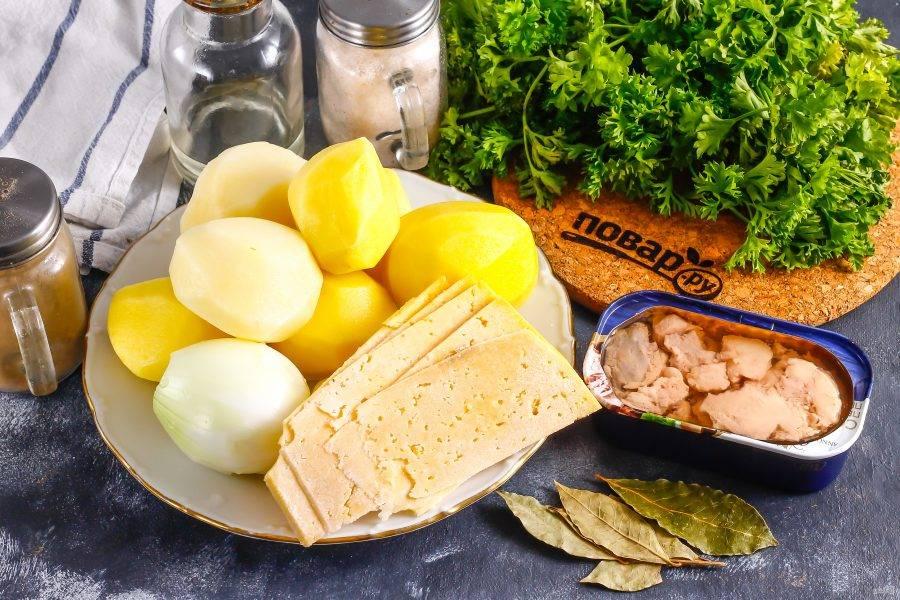 Подготовьте указанные ингредиенты. Картофель и лук очистите от кожуры, промойте в воде.