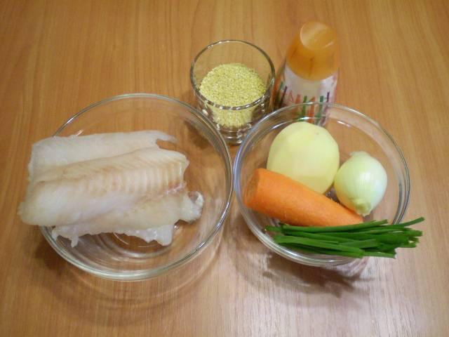 1. Приготовим продукты. Рыбу можно не размораживать, овощи очистить и вымыть.