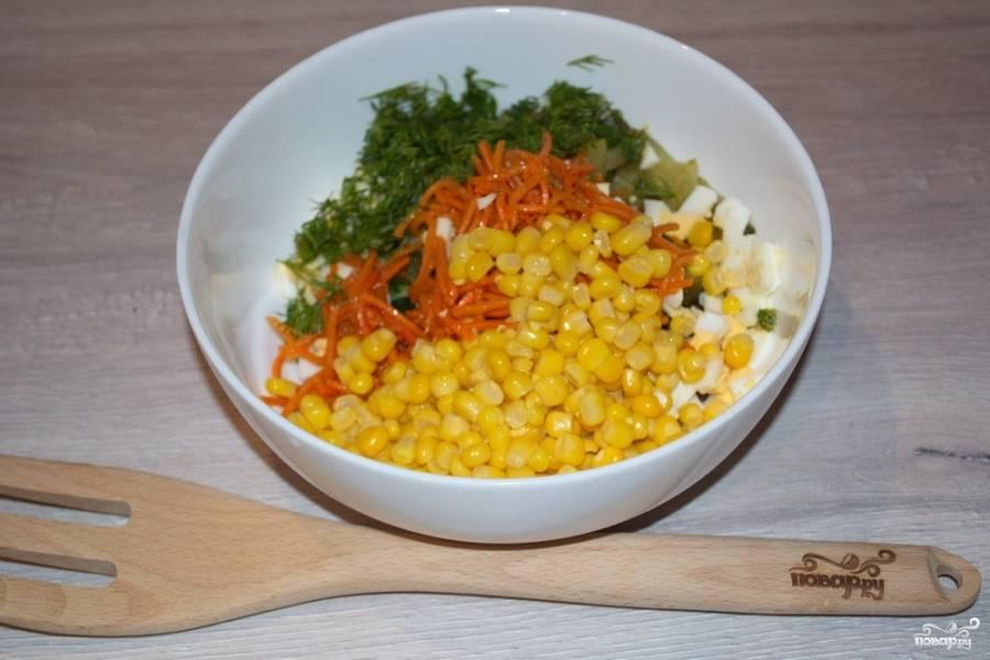 В салатнике объединяем все нарезанные продукты, добавив корейскую морковку, кукурузу и немного зелени.