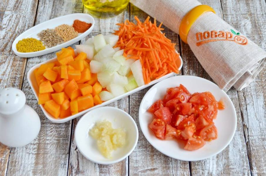 Овощи измельчите: чеснок — через пресс, морковь — на терке, лук и тыкву порежьте кубиками (небольшими). С томатов снимите кожуру, порежьте их кусочками.