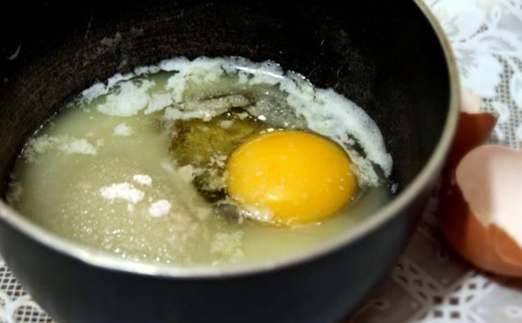 Смешайте в миске: растопленное масло, яйцо, сахар, соль и ванилин. Перемешайте до однородности.