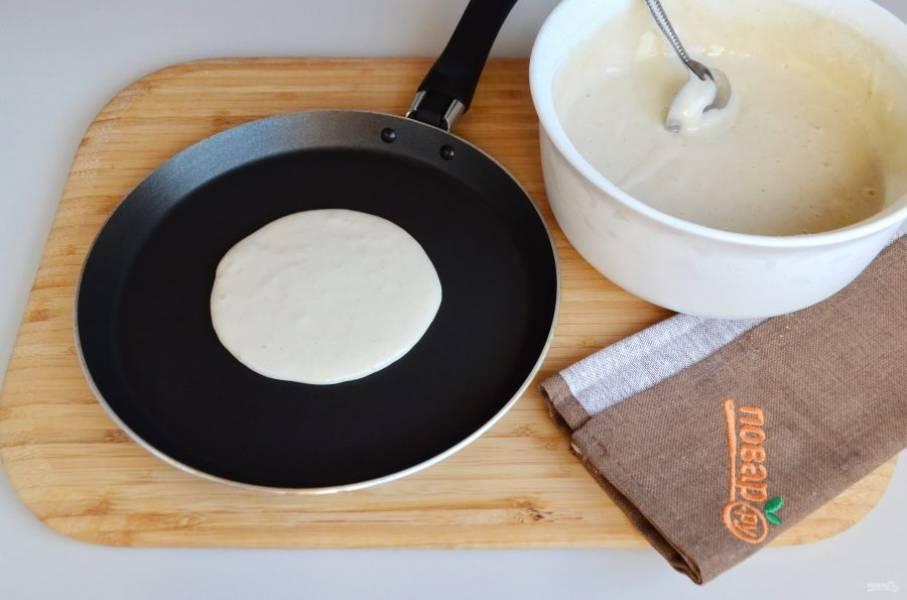 7. Разогрейте антипригарную сковороду, смазывать ее не нужно, панкейки жарят на сухой сковороде. Налейте две ложки бананового теста, жарьте до появления пузырей.