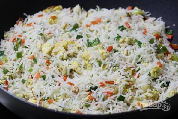 8. Выложите на сковороду рис и перемешайте. Через 1-2 минуты можно снимать с огня и подавать. Приятного аппетита!