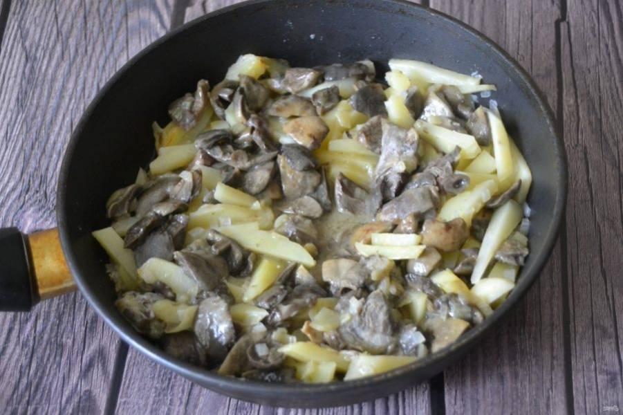 Добавьте сверху на картофель обжаренные сыроежки, посолите по вкусу.