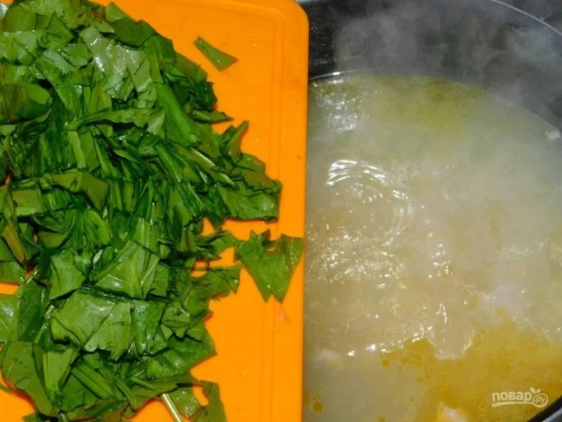 В конце варки добавьте в суп нарезанные яйца и щавель, посолите. Доведите суп до кипения и выключите, дайте настояться.
