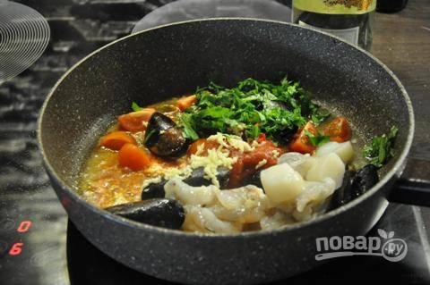 Затем в сковороду добавляем каперсы, креветки, томаты в собственном соку и черри, гребешки, чили и зелень. Обжариваем 30 секунд, помешивая.