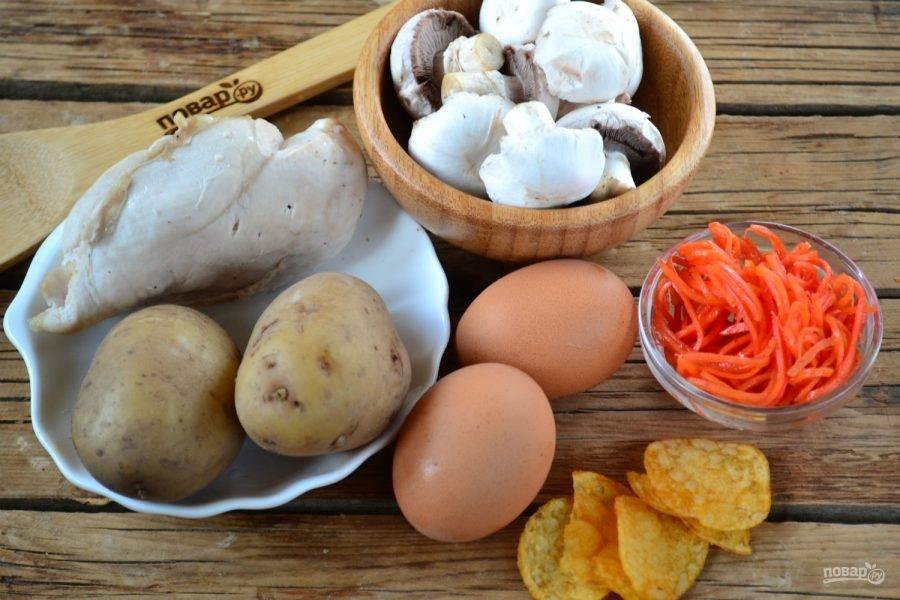 Подготовьте все необходимые ингредиенты. Картофель отварите в кожуре до готовности, а яйца отварите вкрутую. Свежие шампиньоны порежьте на небольшие кусочки и обжарьте до готовности.