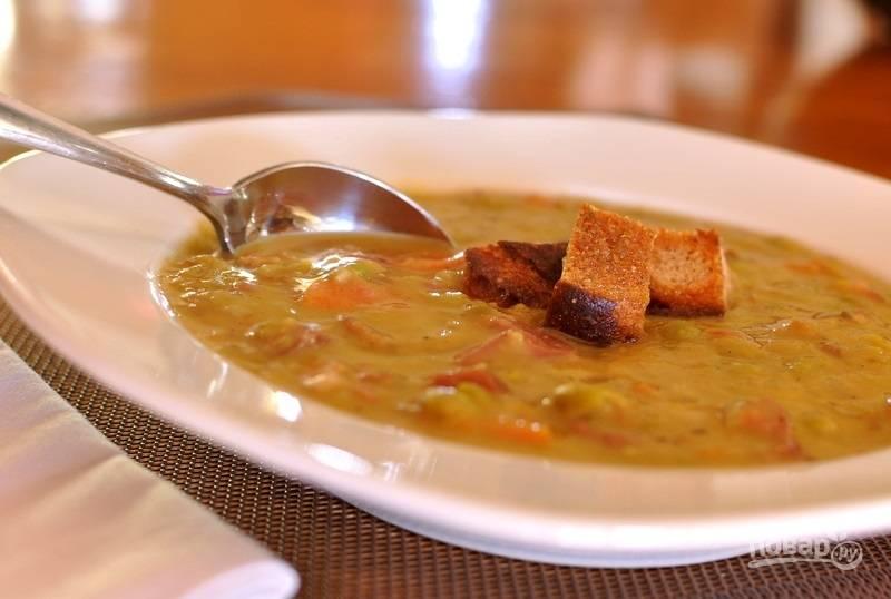 6.Подавайте суп сразу, украсив его сухариками.