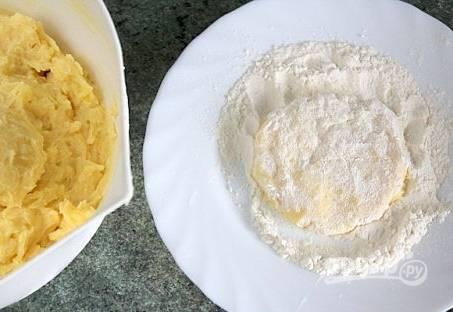 4. Можно обвалять и в сухарях, но в муке — проверено (вкуснее). Отправляем жариться на сковороду на растительном масле.