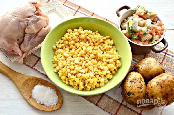 1. Набор ингредиентов для супа небольшой и недорогой. В качестве основы можно использовать голени, окорочка или куриные спинки.