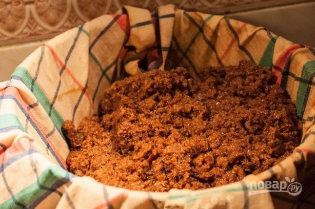 Тщательно отжимаем, размокший хлеб можно использовать как закваску для следующей порции кваса.