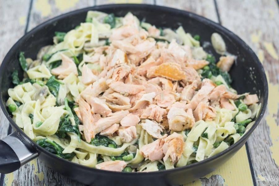 6. Далее добавьте в сковороду пасту, перемешайте. Потом добавьте лосося.
