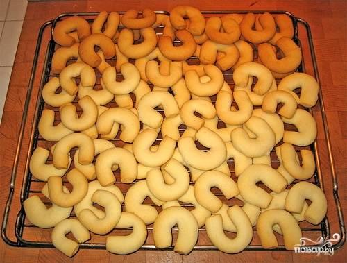 """2. Выпекайте печенье """"Подкова"""" в разогретой до 170 градусов духовке в течение 15-20 минут. Из указанного количества ингредиентов получится три противня печенья."""