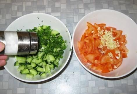 Режем мелко помидоры и огурцы. кладем их в разные тарелки. К помидорам добавляем чеснок, укроп к огурцам, которые немного солим.