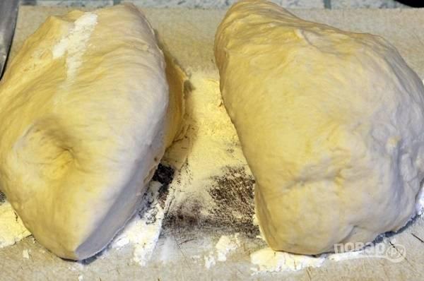 5. А готовое тесто тем временем нужно разделить на две части.