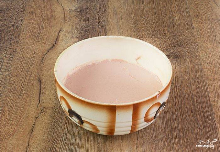 Теперь пришла очередь соуса, в котором будет тушиться мясо. В глубокой миске или пиалке смешайте сливки и молоко, добавив  к ним томатную пасту. Хорошенько все размешайте, посолите, поперчите. Вылейте соус в кастрюлю с кроликом.