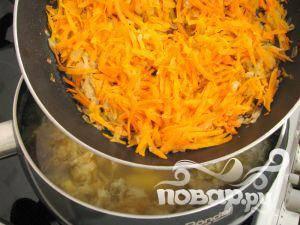 Туда же добавить морковку и лук.