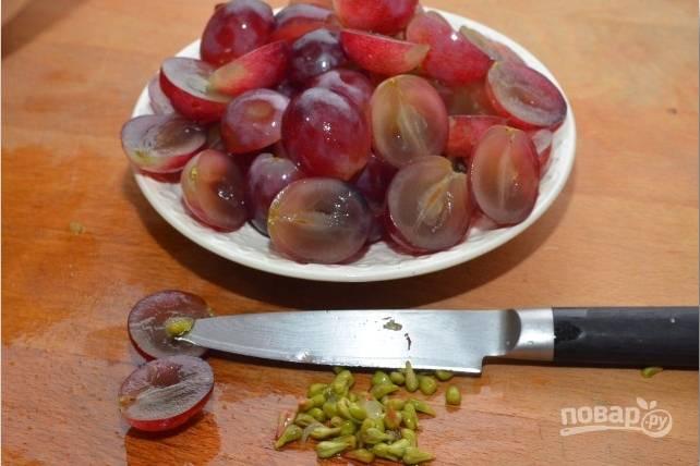 6.Виноград мою и каждую ягодку разрезаю на 2 части, вычищаю семена (можно использовать без косточек).