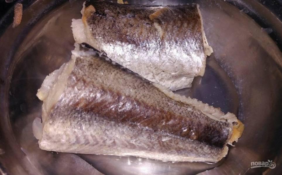 5. Достаньте готовую рыбу, отправьте в бульон рис.