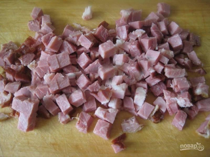Также небольшим кубиком измельчите колбасу.