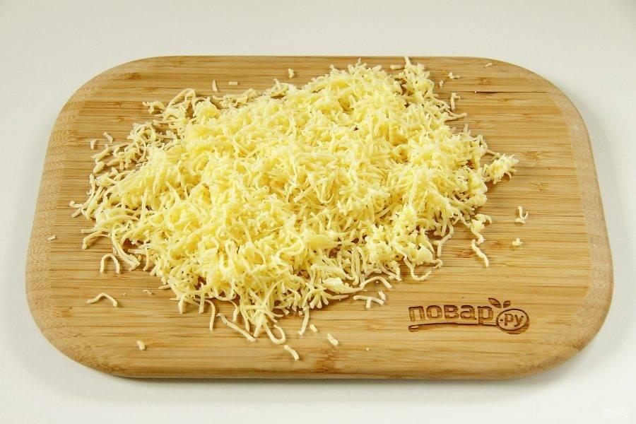 5. Сыр натрите на мелкой терке.