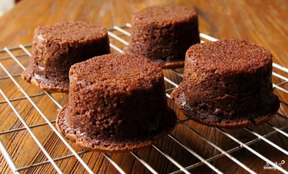 Готовые шоколадные кексы с вишней достаньте из формочек, переверните и дайте им остыть, минут 10. Посыпьте сахарной пудрой, можете украсить спелыми вишнями.