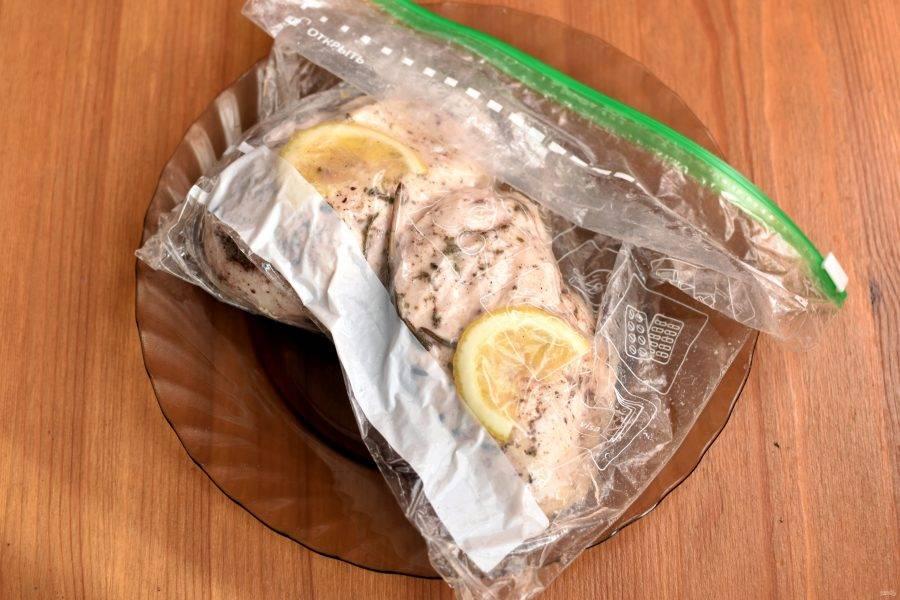 Пакет выложите в чашу мультиварки, залейте холодной водой и выставьте температуру приготовления 65 градусов. Время будет зависеть от веса филе. На среднюю грудку хватит 2 часа.